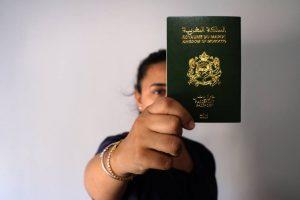 شابة مولودة في مليلية تعرض جواز السفر المغربي الذي تملكه.. المصدر: إِلْباييس